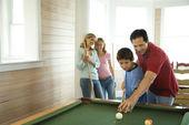 プールを再生家族 — ストック写真