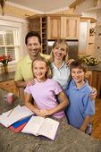 Portrait de famille dans la cuisine. — Photo
