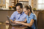 мужчина и девушка работает на ноутбуке — Стоковое фото