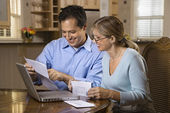 Couple Paying Bills Online — Stock Photo