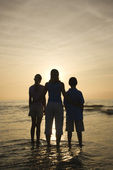 Mom and kids at beach. — Stock Photo