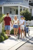 家族自転車とウォーキング — ストック写真
