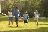 Familjen promenader i parken. — Stockfoto