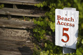 Beach access sign. — Stock Photo