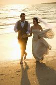 Noiva e o noivo na praia. — Fotografia Stock