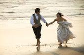 Bruid en bruidegom op strand. — Stockfoto