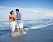Couple walking on beach. — Stock Photo