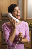 ευτυχισμένη γυναίκα μιλάει στο τηλέφωνο — Φωτογραφία Αρχείου