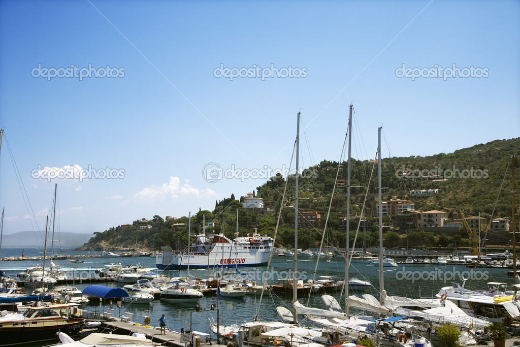 Boats in marina next to coastal villa. — Stock Photo #9497102
