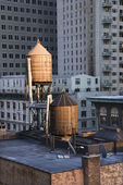 Torres de água no terraço em edifícios de nova york — Foto Stock