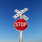 Demiryolu ve dur işareti. — Stok fotoğraf