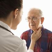 Lekarz sprawdzanie tętna. — Zdjęcie stockowe