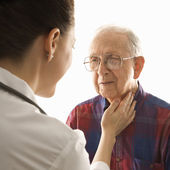 Médico, verificando o pulso. — Foto Stock