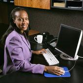 деловая женщина, работающая. — Стоковое фото