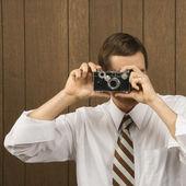 Homem com câmera vintage. — Fotografia Stock