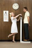 Sjuksköterska väger man. — Stockfoto