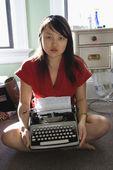 タイプライターを持つ女性. — ストック写真