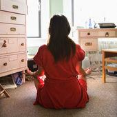 Joven mujer meditando. — Foto de Stock