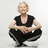 年配の女性は笑みを浮かべて. — ストック写真