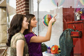 Young Women Window Shopping — Stock Photo