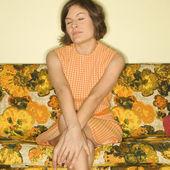 Mujer sentada en sofá. — Foto de Stock