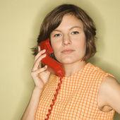 Kvinna med telefon. — Stockfoto