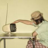 Człowiek dotykając retro tv. — Zdjęcie stockowe