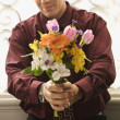 Man holding bouquet. — Stock Photo