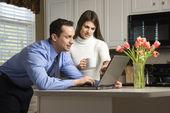Paar mit laptop. — Stockfoto