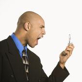 Άνθρωπος που φωνάζουν σε κινητό τηλέφωνο. — Φωτογραφία Αρχείου