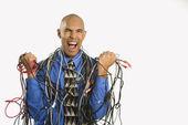 Man verpakt in kabels. — Stockfoto