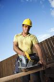建筑工人切割木材 — 图库照片