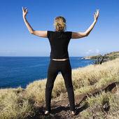 Mujer con los brazos abiertos. — Foto de Stock