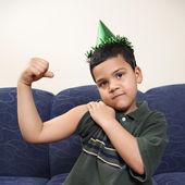 Pojke böjning arm muskler. — Stockfoto