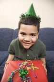 Pojke med födelsedagspresent. — Stockfoto