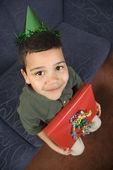 Chlapec s dárek k narozeninám. — Stock fotografie