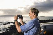Hombre con cámara de video en la playa — Foto de Stock