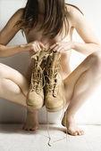 обнаженная женщина с сапоги. — Стоковое фото