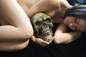 Nude woman with skull. — Stock Photo
