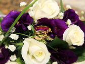 Wedding rings and roses arrangements — Stock Photo