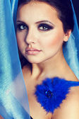 Linda mulher com lenço na cor azul — Fotografia Stock