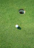 Trou de balle de golf sur un terrain — Photo