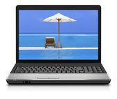 компьютер ноутбук на пляже - бизнес путешествия фон — Стоковое фото