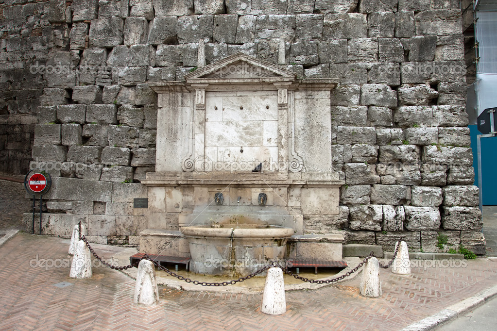 View of a fountain near the center of the ancient city of Perugia, Umbria - Italy — Stock Photo #10385991