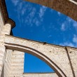Lateral arches of the church in Assisi — ストック写真
