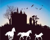 日の出、古代の城のバック グラウンドで実行している 3 つの馬のシルエット — ストック写真
