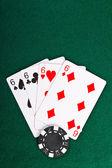 Chip y tarjetas para el poker. — Foto de Stock