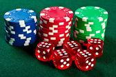 Čipy a kostky na stůl — Stock fotografie