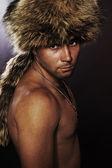 Jeune homme en fourrure-cap. — Photo
