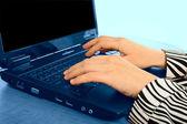 Dizüstü bilgisayar üzerinde çalışan — Stok fotoğraf